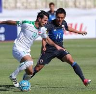 【イラク―日本】前半、相手選手とボールを奪い合う久保=イラン・テヘランで2017年6月13日、長谷川直亮撮影