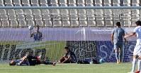 【イラク―日本】後半、イラクに同点ゴールを決められ、ぼう然とする日本の選手たち=イラン・テヘランで2017年6月13日、長谷川直亮撮影