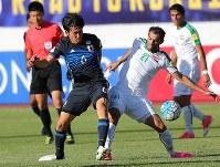 【イラク―日本】後半、相手選手とボールを奪い合う遠藤(左)=イラン・テヘランで2017年6月13日、長谷川直亮撮影