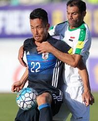 【イラク―日本】後半、相手選手と競り合う吉田(左)=イラン・テヘランで2017年6月13日、長谷川直亮撮影