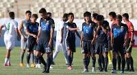 【イラク―日本】イラクと引き分けに終わり肩を落としてピッチを引き揚げる日本の選手たち=イラン・テヘランで2017年6月13日、長谷川直亮撮影
