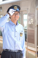 JR三ノ宮駅のホームで電車を見送る近田怜王さん。電車通学の球児をみると、高校時代を思い出すという=神戸市中央区で、黒川優撮影