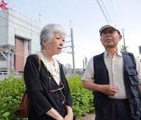 JR福知山線脱線事故現場で思いを語る遺族の藤崎光子さん(左)と大森重美さん=兵庫県尼崎市で2017年6月13日午後3時39分、貝塚太一撮影