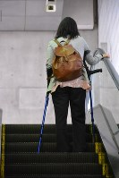 女性は自身の安全のため、最近はエスカレーターの右側に乗るようになった=都営大江戸線赤羽橋駅で2017年6月9日、堀井恵里子撮影