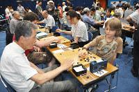対局を楽しむ参加者=兵庫県宝塚市内で2016年7月15日、山本愛撮影