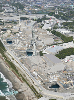 御前崎市の中部電力浜岡原発=4月29日、本社ヘリから小出洋平撮影