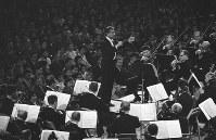 東京世界音楽祭で公演するニューヨーク・フィルハーモニー交響楽団。指揮はレナード・バーンスタイン=東京都内で1961年4月
