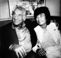 レナード・バーンスタインと話をする小沢征爾(右)=米ボストンで1980年9月24日