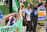 People gathered in front of Diet members' office buildings in Tokyo's Chiyoda Ward continue to raise their voices against the anti-conspiracy legislation shortly after it was passed at a House of Councillors plenary meeting on the morning of June 15, 2017. (Mainichi)
