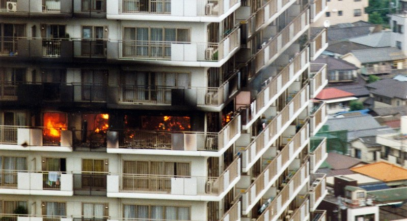 黒煙を上げて燃える東京江東区の「スカイシティ南砂」24階=毎日新聞社ヘリから1989年8月24日