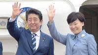 政府専用機に乗り込む安倍晋三首相と妻の昭恵さん=羽田空港で2017年5月25日、藤井達也撮影