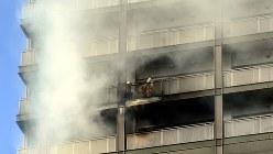 東京・西神田で起きた高層マンション火災。火元は20階の部屋だった=東京都千代田区西神田で2015年3月2日、竹内紀臣撮影