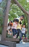 無病息災を願い、茅の輪をくぐる子供たち=山形市鉄砲町の六椹八幡宮で