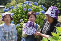 あじさい祭りでオリジナル帽子を販売する宇都宮さん(中央)ら女性陣