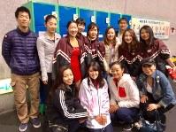 早稲田大スケート部の仲間たちと。3年生になった中塩美悠さんは2列目右端でニッコリ=中塩さん提供