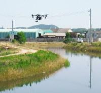 実証実験で永江川の点検をするドローン=岡山市提供