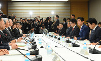 Prime Minister Shinzo Abe, second from right, speaks at a meeting of the Council for the Realization of Work Style Reform at his office on March 28, 2017. (Mainichi)