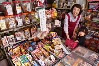 駄菓子を販売する店主の前田みき子さん(左)。「近所の子の名前や家は全部知っています」=東京都江東区のひよこで、矢澤秀範撮影