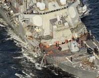 米海軍横須賀基地へ向かうイージス駆逐艦フィッツジェラルド。コンテナ船との衝突で右舷部分が大きく損傷している=神奈川県横須賀市沖で2017年6月17日午後5時2分、本社ヘリから