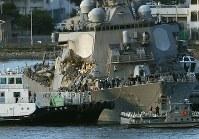 えい航され、横須賀基地に到着する米軍イージス駆逐艦「フィッツジェラルド」=神奈川県横須賀市で2017年6月17日午後6時19分、小出洋平撮影