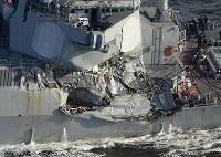 米海軍イージス駆逐艦フィッツジェラルド。コンテナ船との衝突で右舷部分が大きく損傷している=神奈川県横須賀市沖で2017年6月17日午後5時3分、本社ヘリから