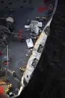 東京・大井埠頭に着岸したコンテナ船。船首部分は米海軍イージス駆逐艦との衝突で破損している=2017年6月17日午後5時24分、本社ヘリから