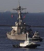 えい航され、横須賀基地に向かう米軍イージス駆逐艦「フィッツジェラルド」=神奈川県横須賀市で2017年6月17日午後5時28分、小出洋平撮影