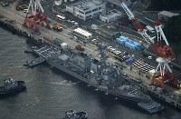 米海軍横須賀基地に接岸するイージス駆逐艦フィッツジェラルド=神奈川県横須賀市で2017年6月17日午後6時54分、本社ヘリから