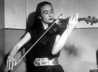 1,ヴァイオリニストの巌本真理(1926~79年)。母親はアメリカ人。同じ小野アンナ門下の諏訪根自子(すわ・ねじこ、1920~2012年)とともに才色兼備のヴァイオリニストとして人気を二分していた=1953年1月撮影