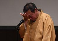 ヤマ場で言葉に詰まり、涙をぬぐう桂福車さん。思いがあふれる=大阪市北区で2016年11月11日、久保玲撮影