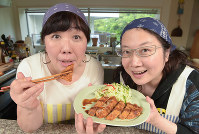 成した料理を手にする西原理恵子さん(右)と枝元なほみさん=渡部直樹撮影