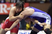 女子69㌔級決勝で森川(右)を攻める土性=代々木第2体育館で2017年6月18日、西本勝撮影