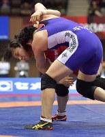 女子69㌔級決勝で森川(手前)を攻める土性=代々木第2体育館で2017年6月18日、西本勝撮影