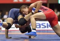 女子60㌔級決勝で坂野(左)を攻める川井=代々木第2体育館で2017年6月18日、西本勝撮影