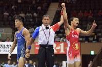 男子グレコローマン59㌔級決勝で太田(左)に勝利し喜ぶ文田=代々木第2体育館で2017年6月18日、西本勝撮影