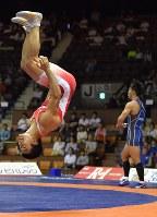 男子グレコローマン59㌔級決勝で太田(奥)に勝利し、宙返りして喜ぶ文田=代々木第2体育館で2017年6月18日、西本勝撮影
