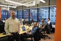 「トランプ米大統領の当選後、流れが変わった」と話すベンチャー企業「ズームai」の創業者ロイ・ペレーラさん(左)=カナダ・トロントで