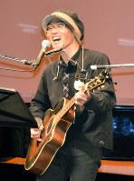 障害者バンドを支援する阿部祐久さん=島根県出雲市で、山田英之撮影