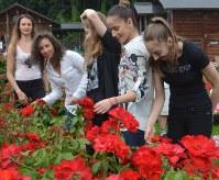 楽しそうにバラを眺めるブルガリアの新体操選手団=村山市の東沢バラ公園で
