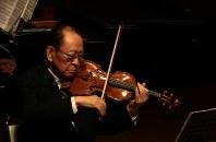 バイオリンを奏でる小林武史さん=那須野が原ハーモニーホールで