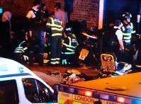 ロンドン北部フィンズベリー・パーク地区で、車が通行人をはねた現場=19日、Cynthia Vanzellaさんのツイッターより