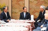 政府・与党協議会に臨む自民党の二階俊博幹事長(中央)。左は菅義偉官房長官、右は公明党の井上義久幹事長=国会内で2017年6月19日午後0時1分、川田雅浩撮影