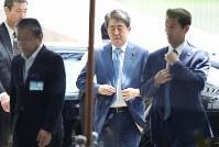 首相官邸に入る安倍首相=東京都千代田区で2017年6月19日午前10時8分、小出洋平撮影