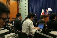 記者会見する安倍晋三首相(右奥)=首相官邸で2017年6月19日午後6時9分、和田大典撮影