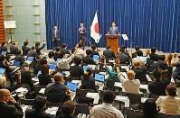 記者会見で安倍晋三首相(奥)に質問するため挙手する記者たち=首相官邸で2017年6月19日午後6時26分、川田雅浩撮影