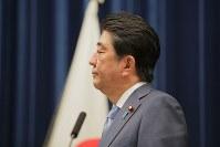 記者会見で質問を聞く安倍晋三首相=首相官邸で2017年6月19日午後6時33分、和田大典撮影