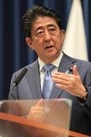 記者会見で質問に答える安倍晋三首相=首相官邸で2017年6月19日午後6時37分、和田大典撮影