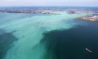 東京湾で発生した青潮。沖縄の海のような明るい乳白色をしている=千葉市沖で2017年6月19日午後1時44分、本社ヘリから長谷川直亮撮影