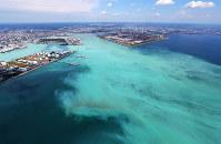 東京湾で発生した青潮。沖縄の海のような明るい乳白色をしている=千葉市沖で2017年6月19日午後1時45分、本社ヘリから長谷川直亮撮影