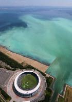 東京湾で発生した青潮。沖縄の海のような明るい乳白色をしている。下はZOZOマリンスタジアム=千葉市沖で2017年6月19日午後1時56分、本社ヘリから長谷川直亮撮影